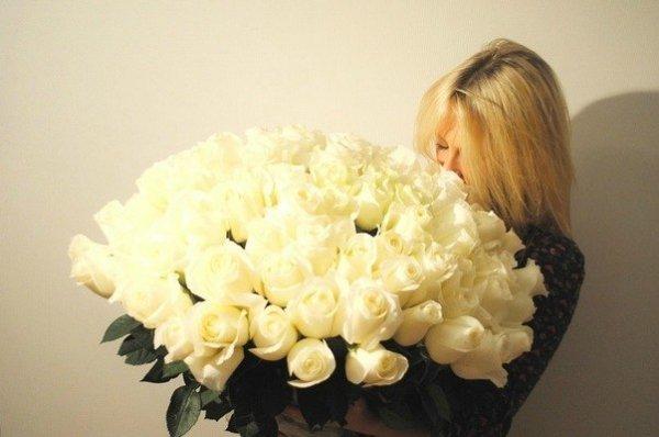 Блондинка с цветами каре фото