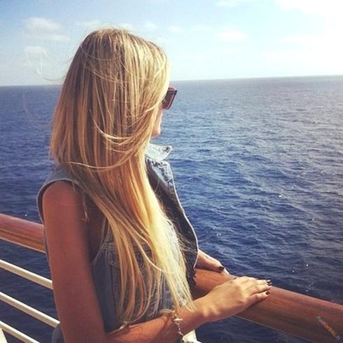 фото блондинки сзади с цветами